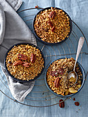 Apple crumble with almond and oat-flakes crumb