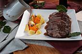 Geschmortes Rindfleisch in Barolo mit Karotten-Quenelles und Salzkartoffeln