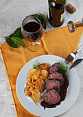 Geschmortes Rindfleisch in Barolo mit Bratkartoffeln und Julienne-Karotten