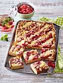 Red currant sheet cake with crumble and vanilla sauce