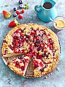 Sommerlicher Beerenkuchen mit Joghurt und Streuseln
