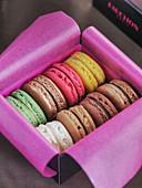 Geschenkbox mit verschiedenen Macarons