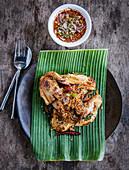 Thai Gai Yang (Hähnchen mit Ingwer, Knoblauch und Zitronengras) dazu Nam Jim Jaew Sauce