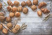 Verschiedene Brötchen und Croissants