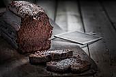 Schokoladen-Kastenkuchen angeschnitten