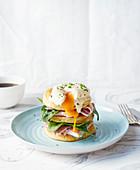 Egg-Benedict-Pancakes mit Schinken und Spinat