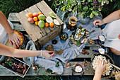 Frauen essen im Garten