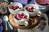 Yoghurt with oats and fruits