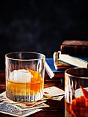 Old Fashioned mit Eiswürfel und Orangenschale