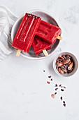 Vegane Erdbeer-Sorbet mit Ingwer, Urwaldpfeffer und Kakaonibs