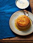 Gedämpfter Apfel-Biskuitkuchen mit Lorbeer-Vanillesauce
