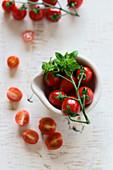 Frische Tomaten, ganz und aufgeschnitten