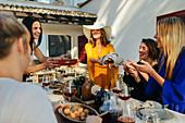 Frauen beim Essen auf der Terrasse