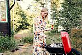 Frau bereitet Essen auf dem Grill