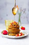 Süßkartoffel-Pancakes mit Crunchy Müsli, Honig und Erdbeeren (glutenfrei)