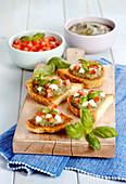 Röstbrot mit Auberginenkaviar, Tomaten, Mozzarella und Basilikum