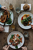 Vegetarisches Essen auf Tellern im Restaurant