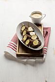 Schoko-Crêpe-Spieße mit Bananen und Karamellsauce