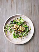 Blattsalat mit Feigen, Ziegenkäse und Pistazien