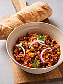 Chili con carne with wheat baguette (vegan)