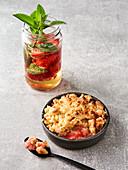 Erdbeerbowle und Rhabarber-Erdbeer-Crumble (Vegan)
