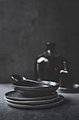 Schwarze Teller und Schale