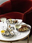 Felsenaustern mit Algenbutter auf Roggenbrot, Champagne Gimlet