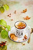 Eine Tasse Tee mit Splash dazu Plätzchen