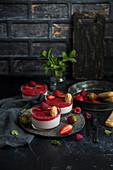 Erdbeerjoghurt-mit Erdbeer-Himbeer-Sauce serviert mit Löffelbiskuits