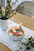 Schale mit Kerze und Ranunkeln, Strauß aus Waxflower, Eukalyptus