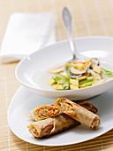 Asia-Gemüsesuppe mit Eierstich serviert mit Frühlingsröllchen