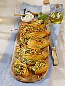 Gefülltes Ährenbrot mit Zucchini, Ricotta und Pinienkernen