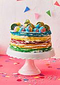 Bunte Regenbogen-Crêpe-Torte