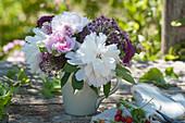 Frühsommerstrauß mit Pfingstrosen, Rosen, Zierlauch, Knöterich und Witwenblume