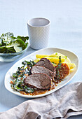 Roastbeef with garlic and creamy spinach