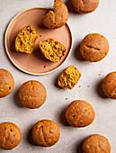 Party-Muffins mit Mais, Paprika und getrockneten Tomaten