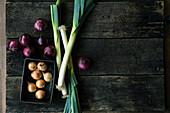 Gemüsezwiebeln, rote Zwiebeln und Lauch