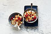 Berry yoghurt with multigrain flakes