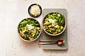 Grünes Gemüse-Weizen-Risotto mit Grana padano