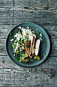 Hähnchenbrust mit Rhabarbergemüse und Reis