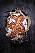 Hausgemachtes Sauerteigbrot im Topf gebacken