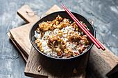 Blumenkohl auf Reis mit Bang Bang Sauce