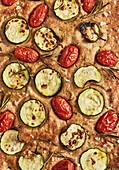 Focaccia mit Kirschtomaten und Zucchini