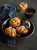 Interlaced cinnamon buns