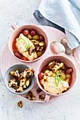 Grießpudding mit Trauben-Kompott und Pekannuss-Karamell
