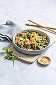 Algen-Sobanudel-Salat mit Garnelen