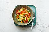 Vegane Gemüse-Zoodles mit Paprika-Mandel-Sauce
