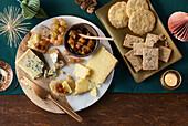Cracker mit Käse und Chutney
