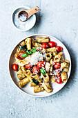 Pasta with pesto, tomatoes and Zucchini