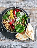Mezze-Bowl mit Grillpaprika, Koriander-Joghurt und Cashewkernen